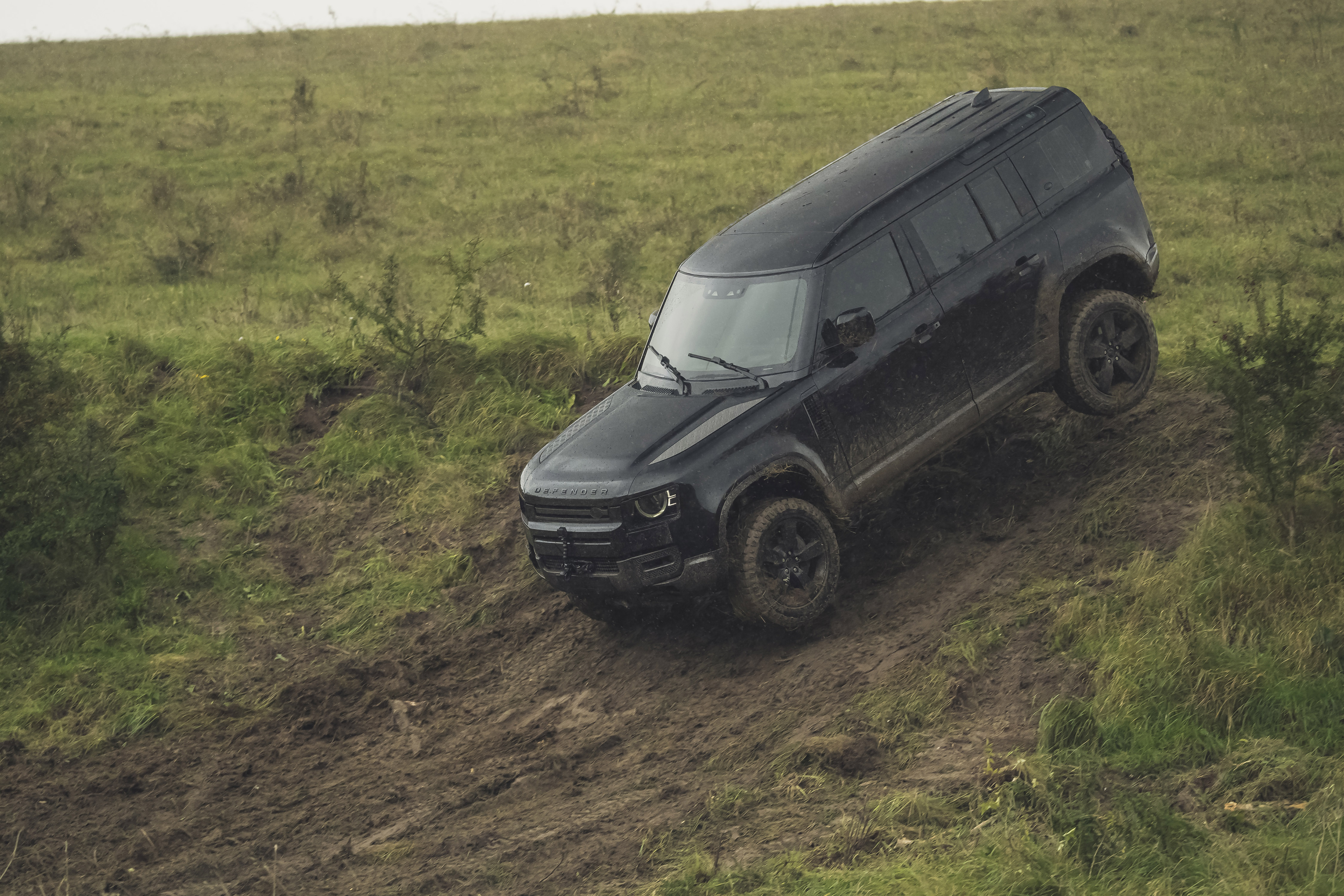 Nieuwe Land Rover Defender in nieuwe James Bond-film No Time To Die